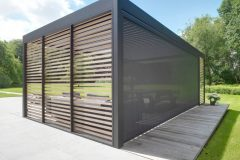 freestnading-louvre-roof-with-verticle-louvres-and-retractable-blinds-to-create-a-modern-outdoor-seating-area-that-can-be-used-all-year-round-1024x1024